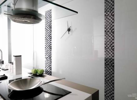 Lesklý bílý obklad v kombinaci s mozaikou <a href='http://www.loskachlos.cz/shop/file/1702/'>Crystal</a>