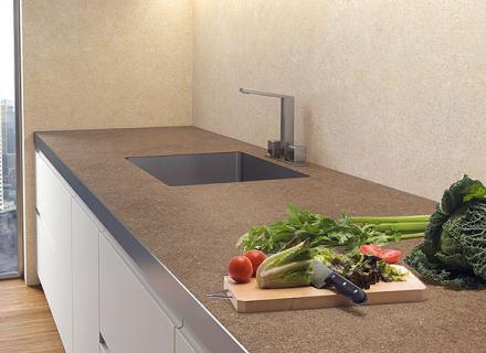 Kuchyně z obkladu série Coverlam <a href='http://www.loskachlos.cz/shop/file/1701/'>Limestone Beige a Marron</a>